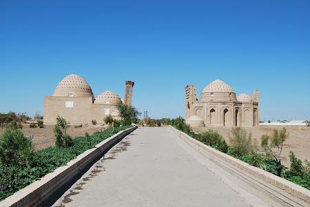 Obiective turistice Turkmenistan: Mausoleele din dreapta soselei