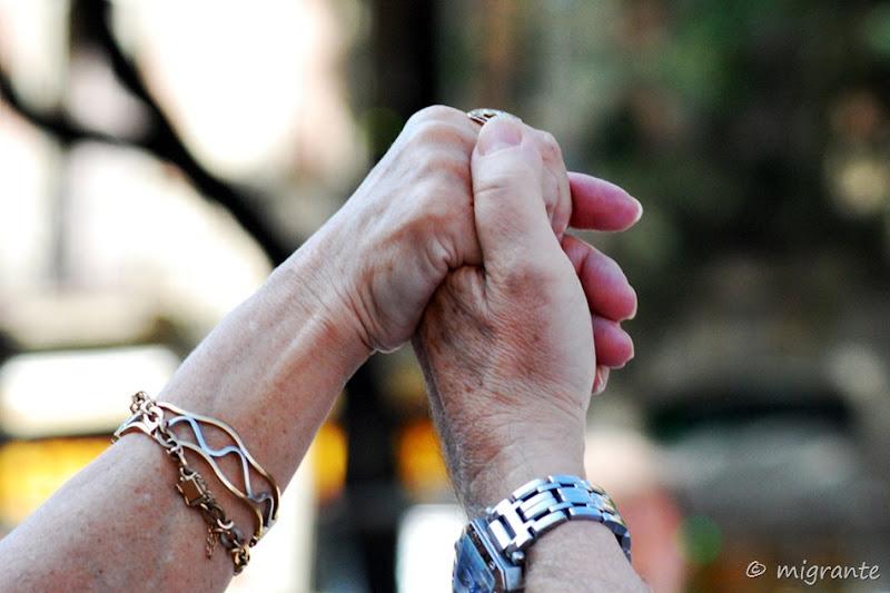 un abrazo con la mano - sardana barcelonesa