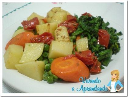 Salada de legumes com tomate seco