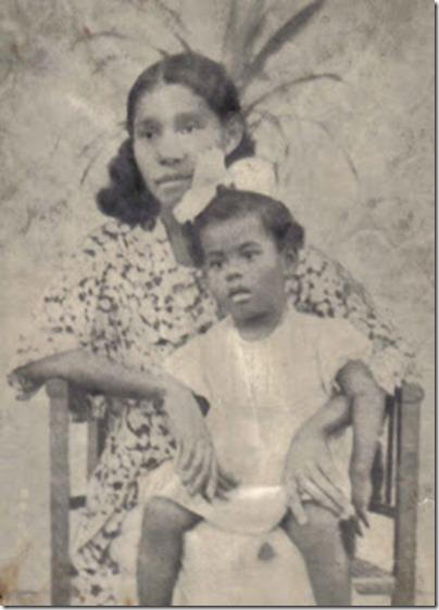 Raquel com 2 anos no colo da mãe em Recife