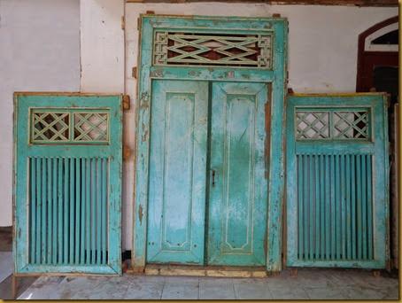 Pintu jendela hijau tua