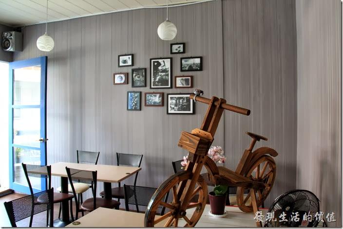 台南-帕里諾咖啡。二樓裝潢的顏色比較單調,剛好配合牆壁上的黑白照片,這裡還有一輛木頭作成的腳踏車展示品。