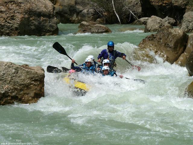 barca-en-descenso-rapidos-rio-gallego-rafting.jpg