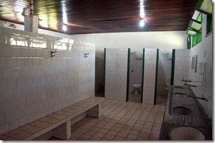 Banheiro grande e bem dimensionado