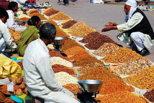 Sạp hàng bán trái cây khô ở chợ trời