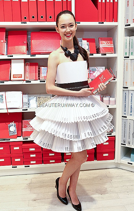 FIONA FUSSI AUDI FASHION FESTIVAL 2012 MODEL FACE KIKKI.K PAPER DRESS ION ORCHARD SINGAPORE LIMITED EDITION FASHION QUOTE CARDS