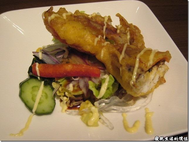 台北新光三越-紅豆食府●壽喜燒。揚物-酥炸軟殼蟹。螃蟹在換殼前都會吸取大量的養分,軟殼一般富含鈣、磷、鐵等營養成分。這時後的螃蟹不需要剝殼挑肉,又可以吃到完整蟹肉的鮮甜。酥炸的時候要炸到外酥內軟,才可以保留原來蟹肉的鮮甜,個人覺得這裡的酥炸軟殼蟹算做得不錯。