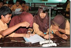 Siswa melakukan eksperimen untuk mendapatkan informasi keilmuan