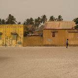 Place centrale de Palmarin: avec le temps un peu brumeux, le village a lair désert