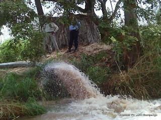 Une vue du dragage d'eau et du sable à Inga. Radio Okapi/Ph. Michel Kifinda