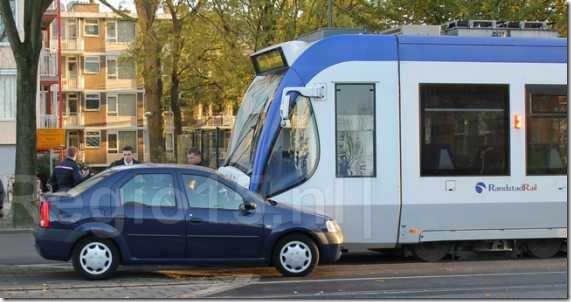 Dacia Logan Sedan ontmoet tram 01