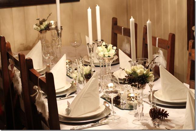 hvitt bord pyntet med sølv, kongler, diamanter og snø  IMG_0765