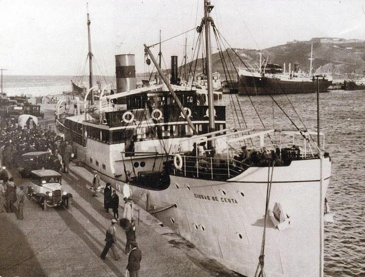 El CIUDAD DE CEUTA en el puerto de Ceuta. Memoria del Puerto de Ceuta. Año indeterminado. Al fondo la motonave MOTOMAR.jpg