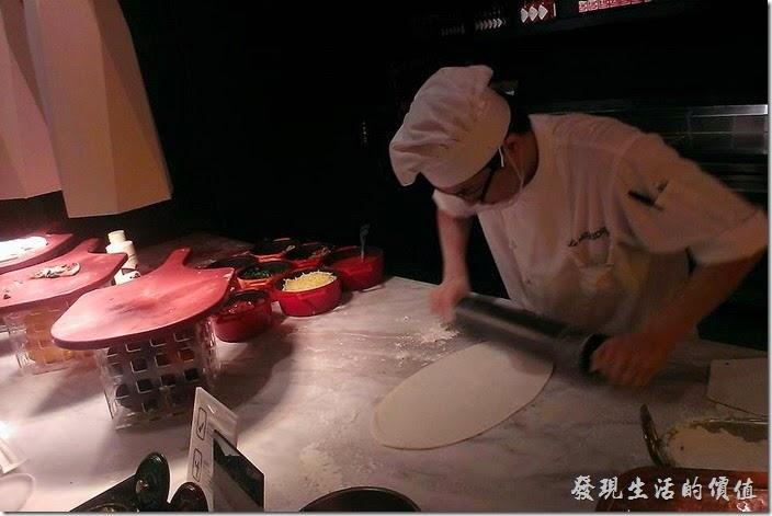 台北-寒舍艾美-探索廚房。廚師現場揉麵作披薩,讓你吃得到新鮮。