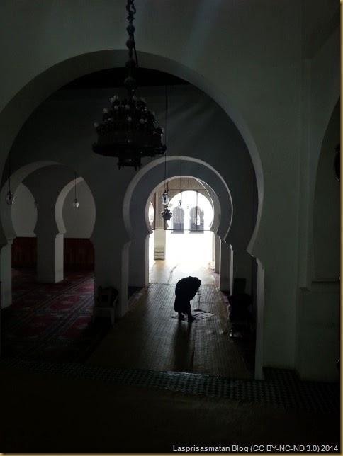 Una de las salas de oración y parte del patio detrás