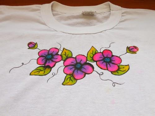camiseta-com-flores.jpg