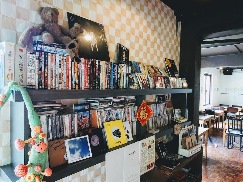 homey's Café 裡面的書籍、CD.jpg