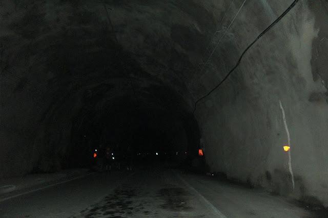 המנהרה בין שני השערים החסומים במעבר פגרש.jpg
