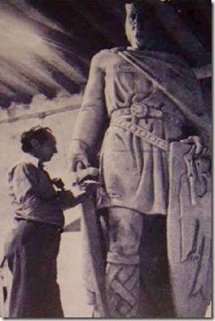Loperena trabajando en la estatua de Sancho el Fuerte