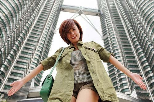 Hot girl Midu bên cạnh tòa tháp đôi ở Malaysia