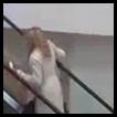 Loira na escada rolante
