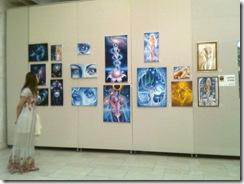 Iorestina Florea privind tablourile artistei Corina Chirila la Palatul Parlamentului