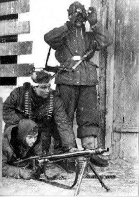 www.ww2shots.com-HISTORY - WWII - PHOTO - Three german soldiers in Charkow Russia-ww2shots-army.jpg