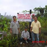 アサップのある村では人々が水没した旧村付近の陸地を視察しに行った。写真は「この村の領域に入る者は必ず○○(村長名)または△△(近辺での滞在が多い人の名)に連絡せよ」との趣旨の警告看板を立てたところ。(フヴァット・ライン氏提供)