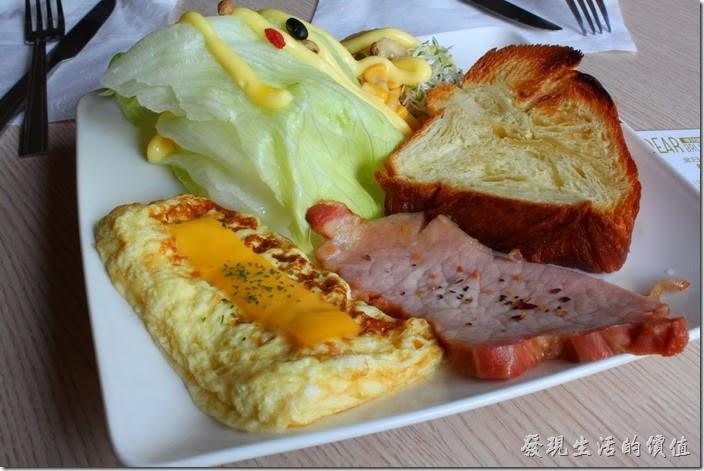 台南-蒂兒咖啡早午餐。「美式早點」NT$100,麵包可以選擇土司或丹麥麵包,我選了奶油丹麥麵包,這種丹麥麵包比一般土司還要蓬鬆且有奶有香,個人覺得相當好吃。里肌肉片相當厚,應該至少有0.5公分以上的厚度,口感也相當好。還有一塊上面鋪了起士的歐姆蛋,也有一份沙拉。