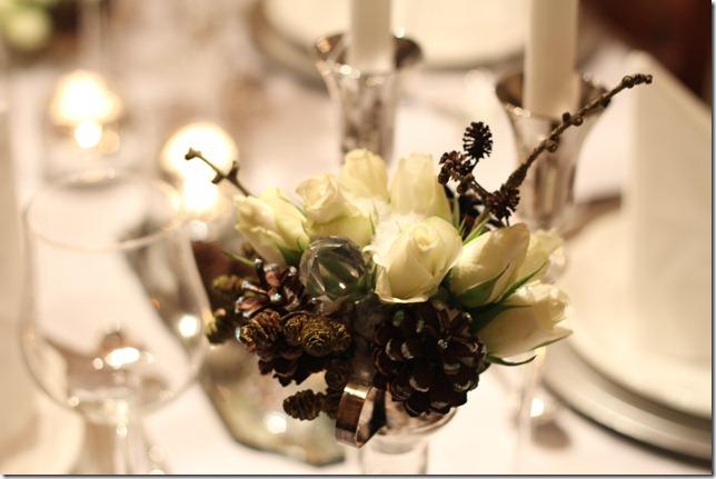 hvitt bord pyntet med sølv, kongler, diamanter og snø  IMG_0748