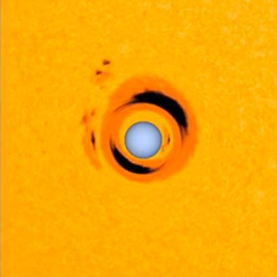 anã branca age como uma lupa com estrela semelhante ao Sol que está em órbita