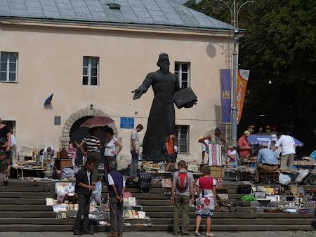 Imagini Ucraina: Piata de carti Lvov