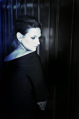 Madeleine-Peyroux-TheBlueRoom-Cover-ImageVertical-Photo-RockySchenck-com.jpg