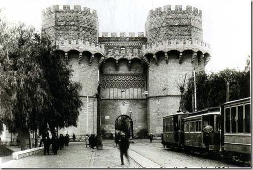 1927.- Tranvía procedente de Burjassot y Godella llegando a su final de viaje de retorno junto a  las Torres de Serranos. Studio Sanchis 1901