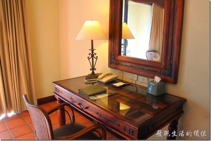 花蓮-理想大地渡假村(房間)。連梳妝台也是使用厚重的原木製作,上面蓋上一片厚玻璃。