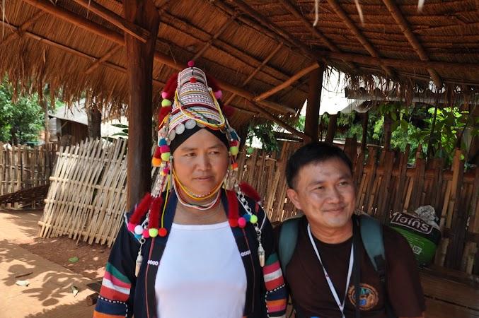 Imagini Thailanda: Femeie din tribul Akha si ghidul nostru Poe, Thailanda de Nord