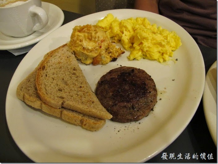 Louisville(路易斯維爾)Toast-on-market早午餐。這是另一位同事點的 Cliffie's plate,炒蛋就正常多了,還有特選漢堡肉以及一份焗烤馬鈴薯餅(hashbrown casserole),Hash brown裏頭還可以選擇加香腸(sausage)或是火腿 (ham)。Cliffie's Plate - For the hearty appetite - eggs, choice of meat, hasbrown casserole or fruit, toast and two buttermilk pancakes. US$9.50,炒雞蛋,特選肉,焗烤馬鈴薯或水果,麵包和兩個酪乳薄烤餅。
