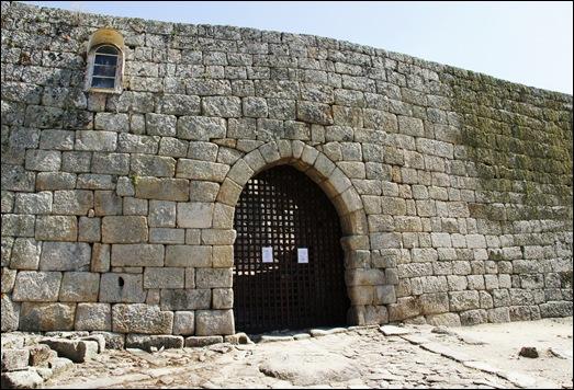 Marialva - Glória Ishizaka -  porta de entrada do castelo - anjo da guarda