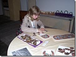2012.06.05-025 Stéphanie fait un puzzle de vitraux de la basilique Notre-Dame-du-Port