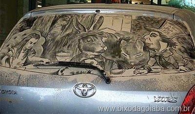 Desenhos em vidros de carros sujos 3