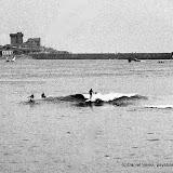 Scène de surf en 1960 dans la baie de Saint Jean de Luz