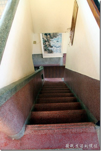 台南-鹿角枝老房子咖啡。咖啡店主人保留了原來連接一、二樓的磨石子樓梯,由於樓梯為橫向直通一二樓,所以非常的陡,真是辛苦了送餐點的服務生了。