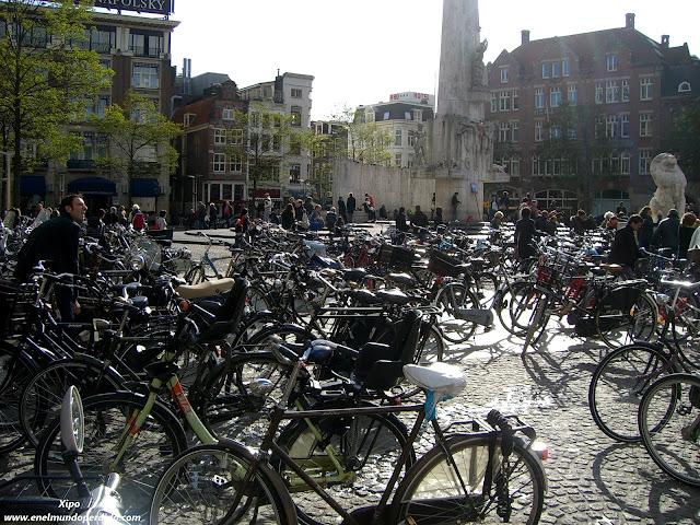 plaza-del-Dam-llena-de-bicicletas-en-Amsterdam.jpg