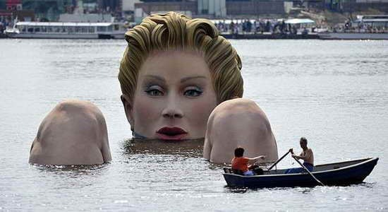 Giant_Bathing_Woman-Sculpture-in- Hamburg02