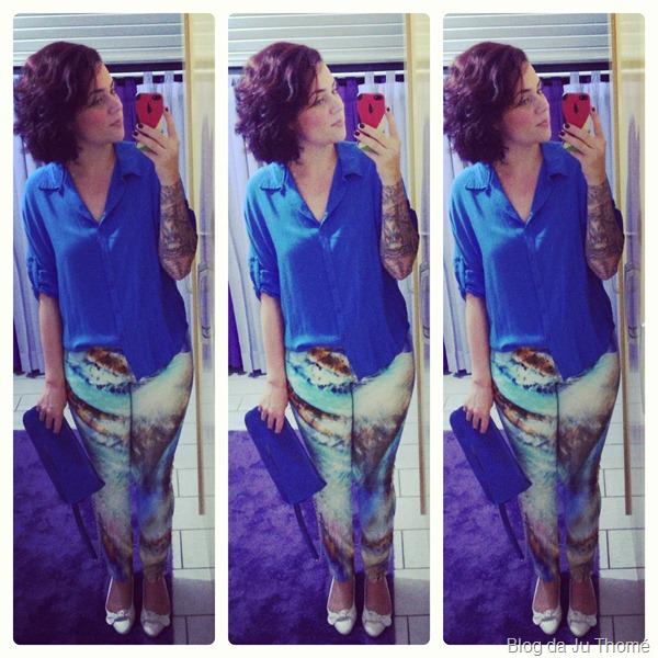 look com calça estampada, camisa azul, sapatilha e maxi carteira azul