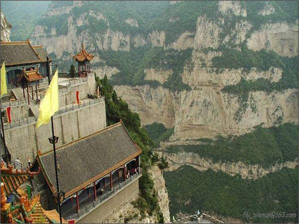 مدينة بنيت في جبال الصين