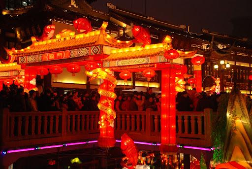 Shanghai Fête des Lanternes 2012 - Illuminations sur le pont menant au Jardin Yu