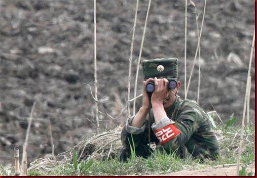 Tentara Korea Utara dengan menggunakan teropong