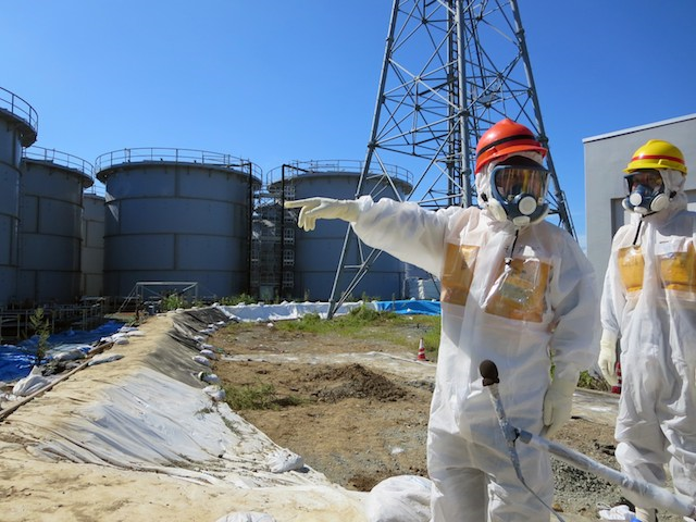 INSPECTING FUKUSHIMA. A handout picture provided by Tokyo Electric Power Co. (Tepco), shows Japanese Minister of Economy, Trade and Industry Toshimitsu Motegi (L) pointing to contaminated water storage tanks during his visit at the crippled Fukushima Daiichi Nuclear Power Plant in Okuma, northeast of Tokyo, Fukushima Prefecture, Japan, 26 August 2013. Photo: EPA / TEPCO / HANDOUT