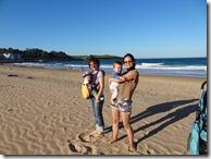 Neveste bătute de vânt pe plajă și cu copii în brațe